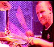 Bud bangin' de drums